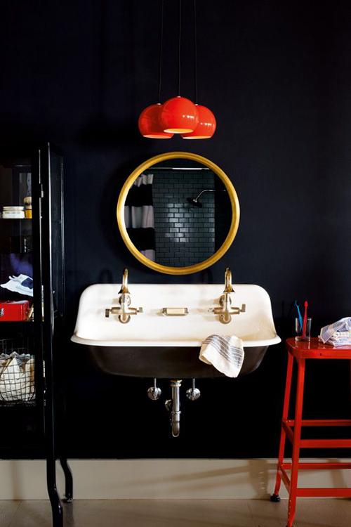 Badkamer met zwarte tegels