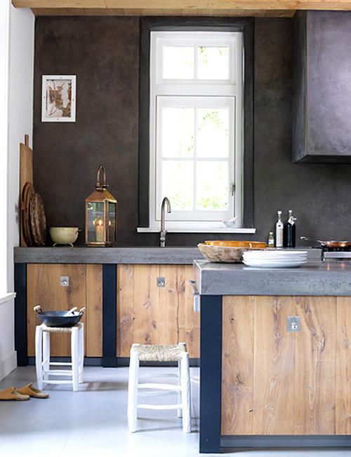 Donker in combinatie met houten keuken