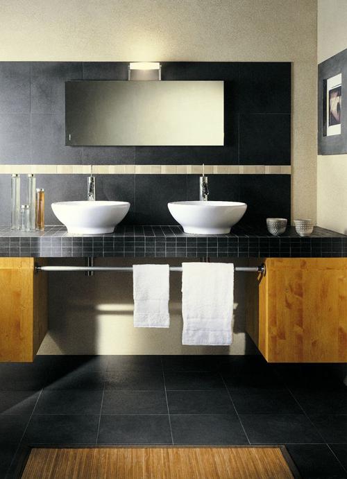 Donkere badkamer vloer