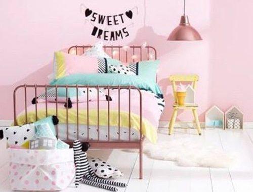 Kinderkamer met roze details