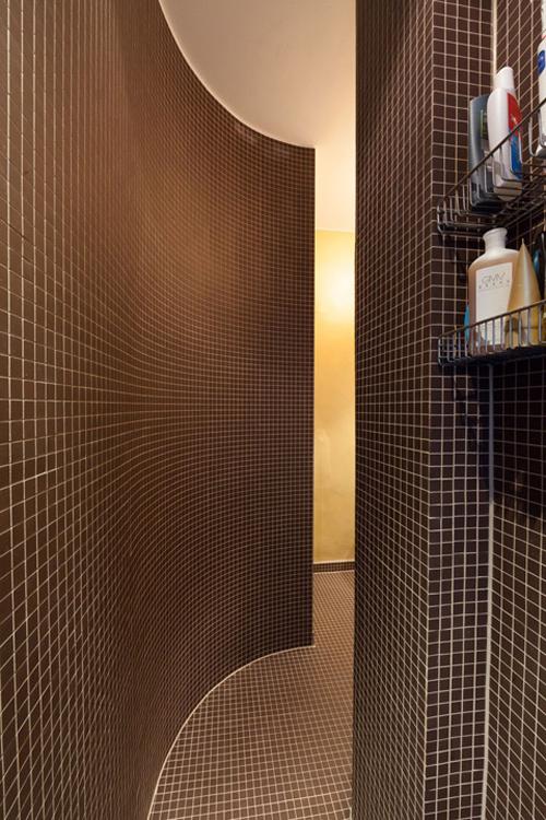 Kleine compacte badkamer met toilet