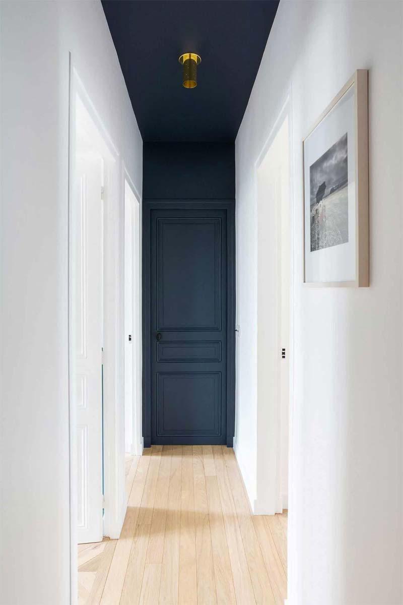accentmuur hal deur plafond
