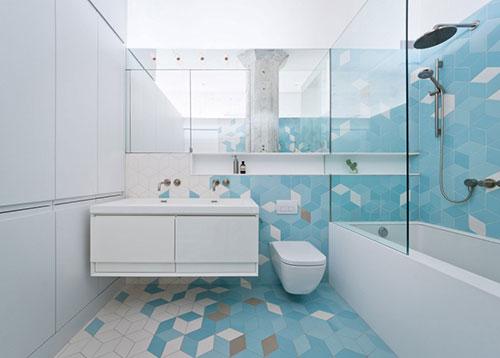 Badkamer met diamant vormige keramiek tegels