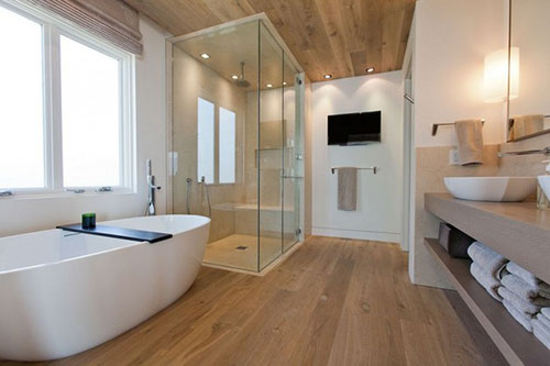 Badkamer met houten vloer en plafond