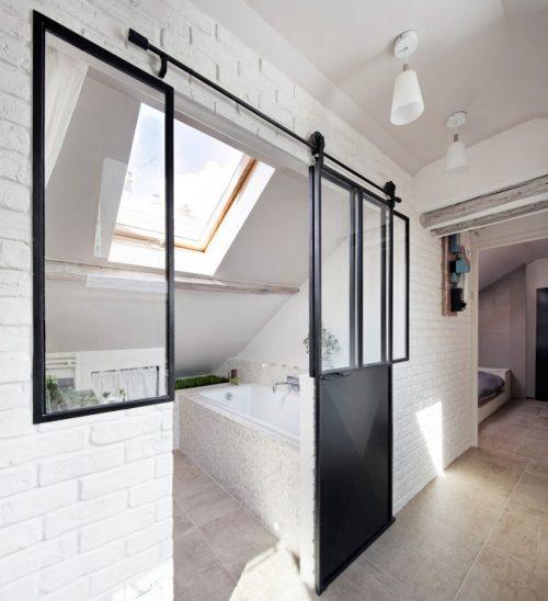 Badkamer onder een schuin dak