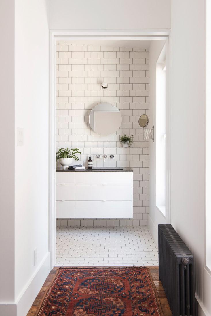 badkamer-volledig-halfsteensverband-is-betegeld-vierkante-witte-tegels-2