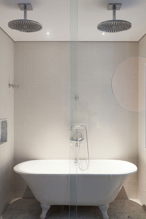 Badkamers voorbeelden dubbele douche in plafond