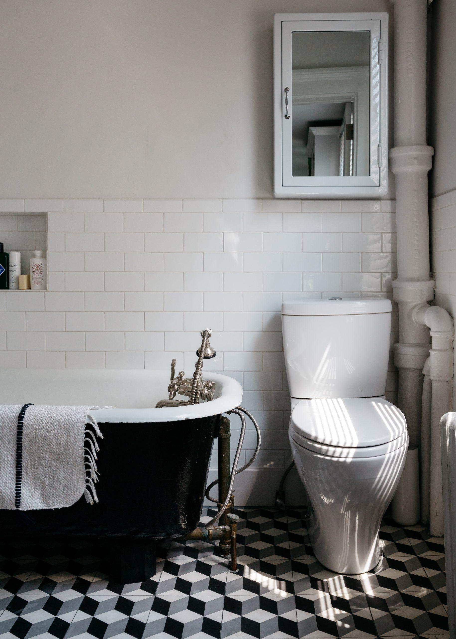 badmat hangen over klassiek bad op pootjes