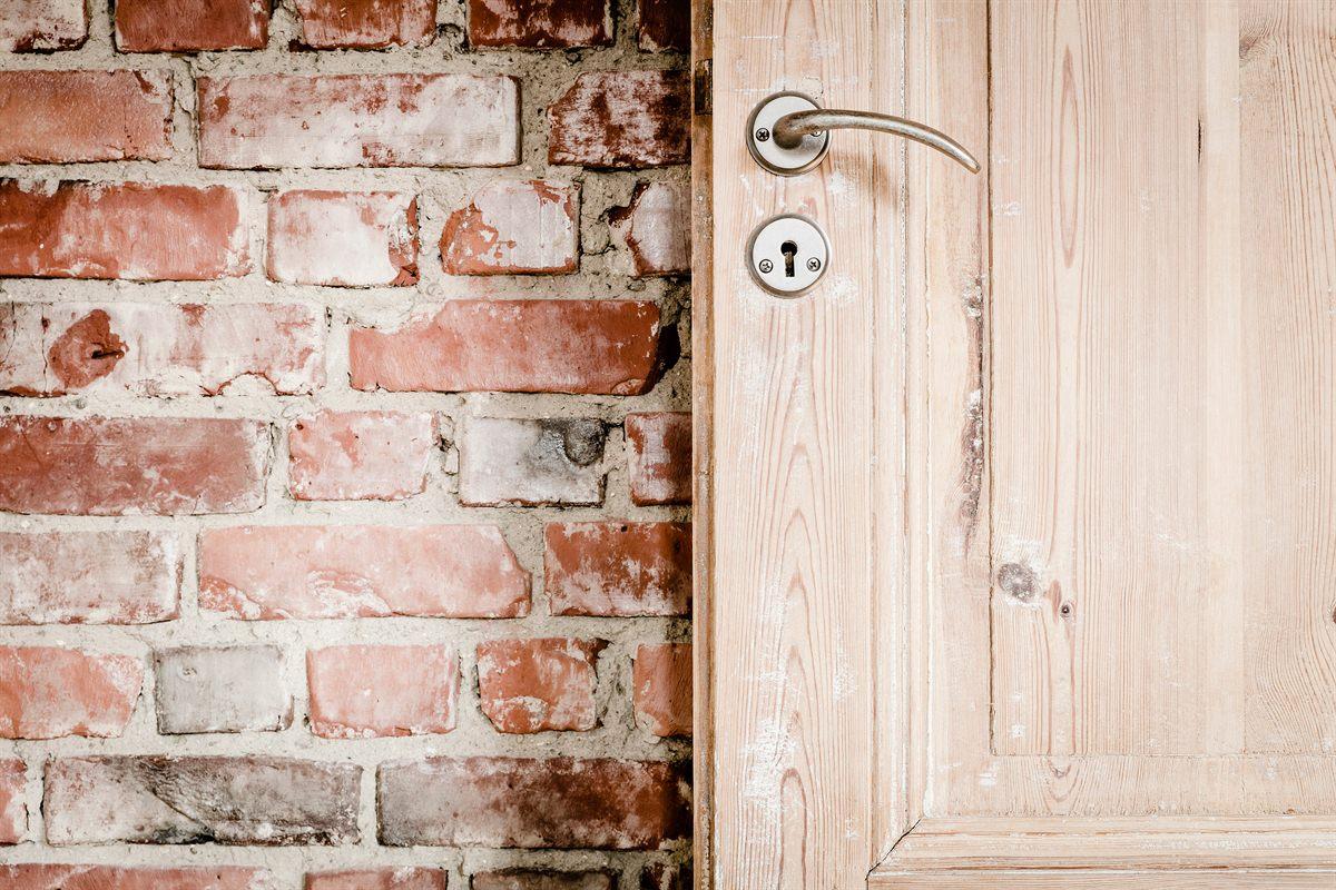 bakstenen-muur-houten-deur