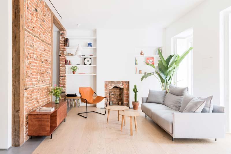 bakstenen muur lichte woonkamer
