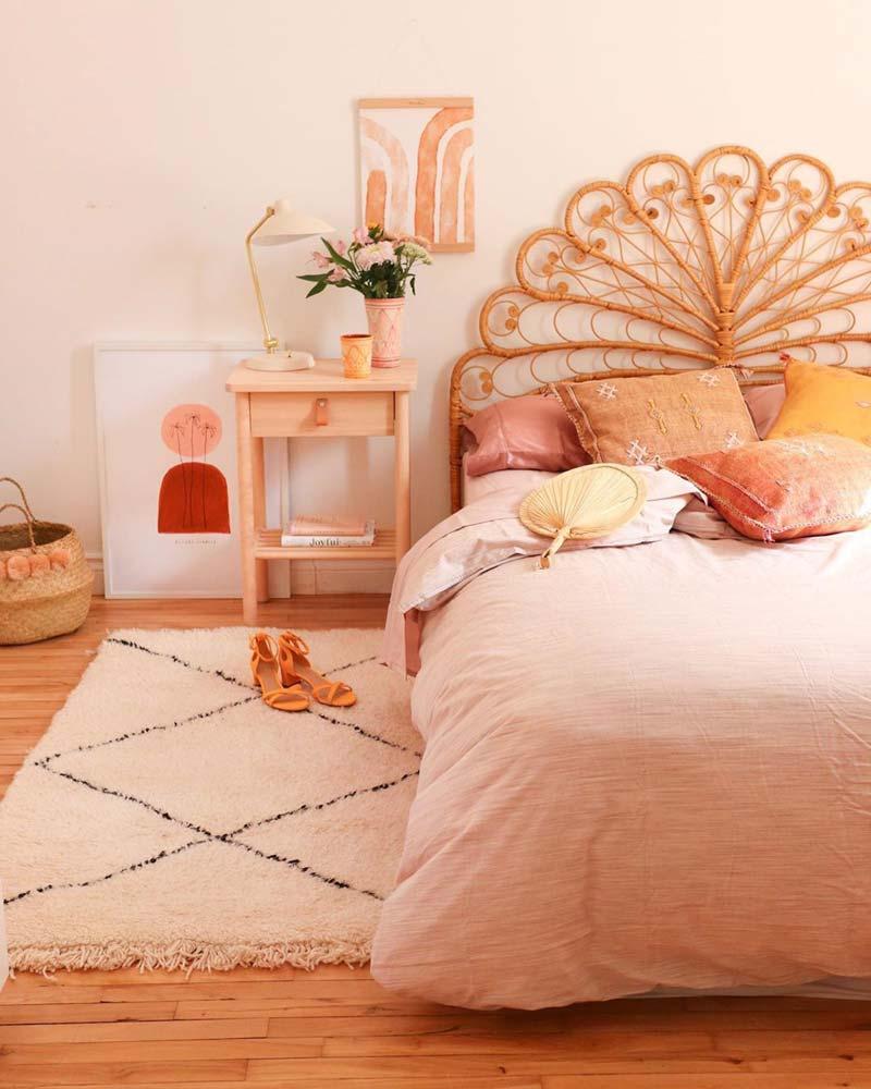 beni ourain vloerkleed naast bed