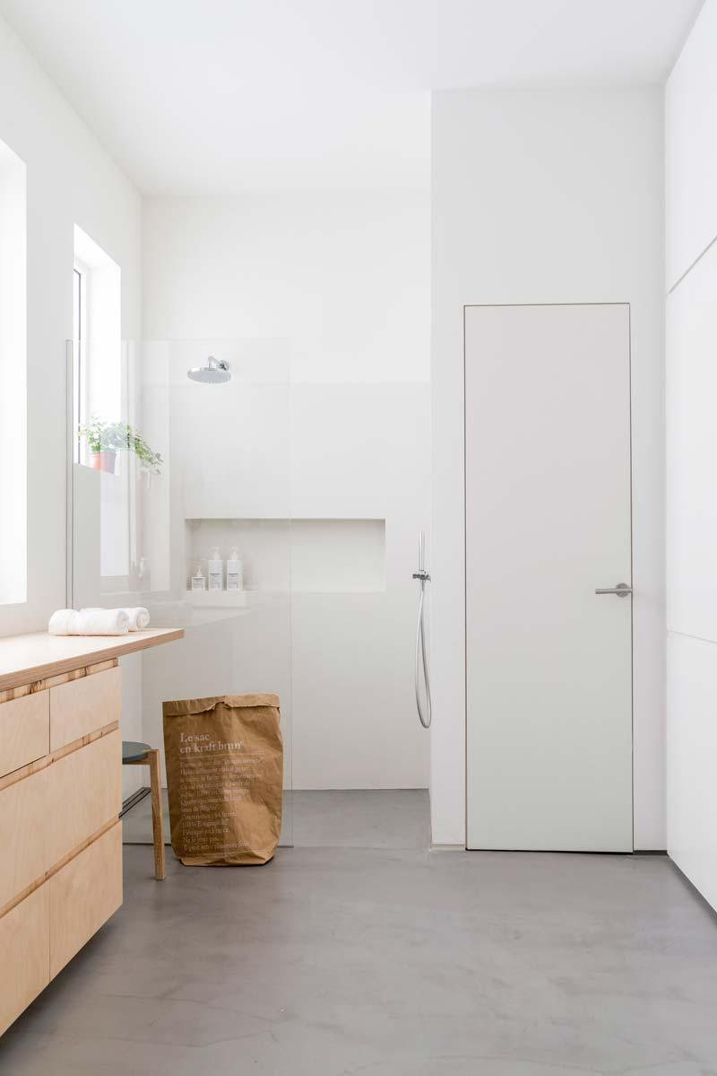 betonvloer lichte badkamer