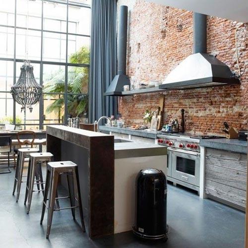 Betonnen keukenblad op houten keuken