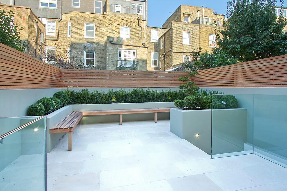 betonnen muur houten planken tuinafscheiding