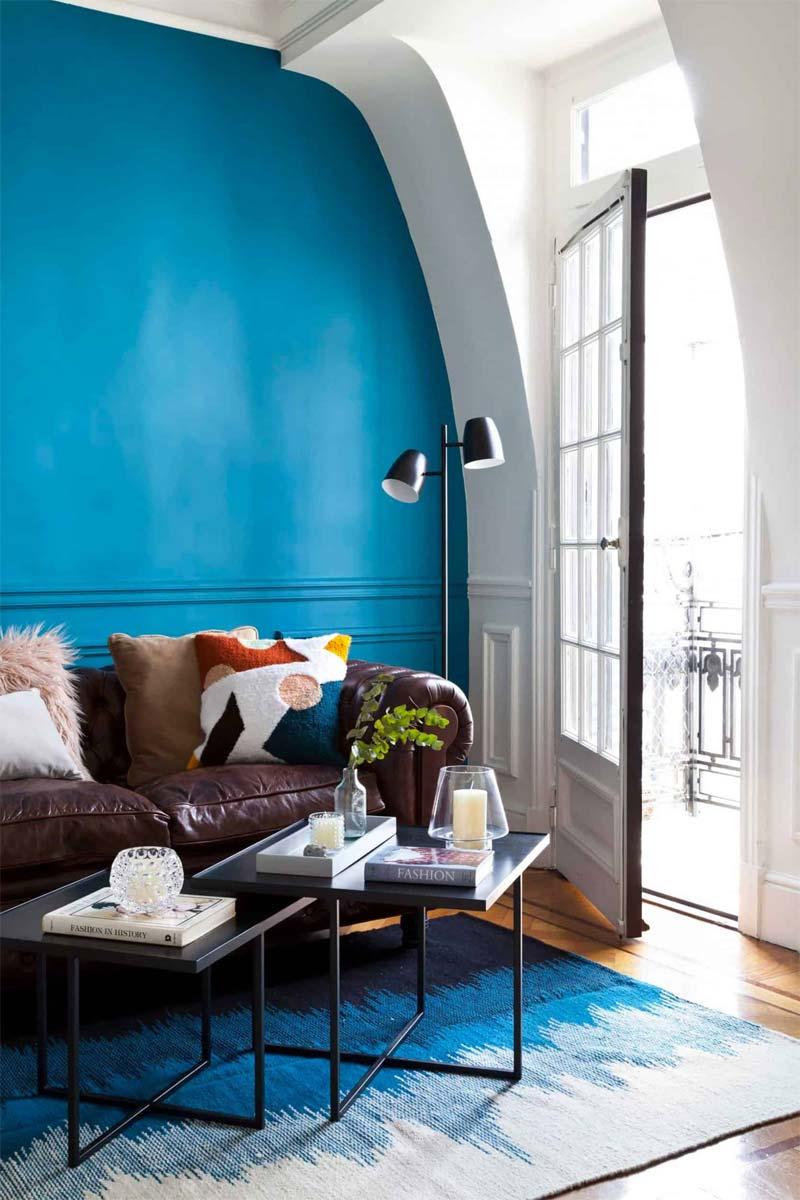 blauwe accentmuur woonkamer
