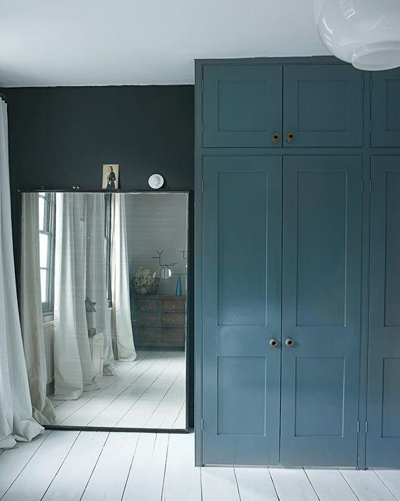 blauwe hoge kledingkast op maat slaapkamer