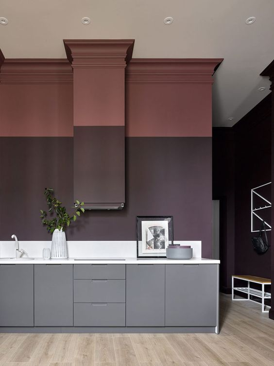 bordeauxrode muur keuken achterwand