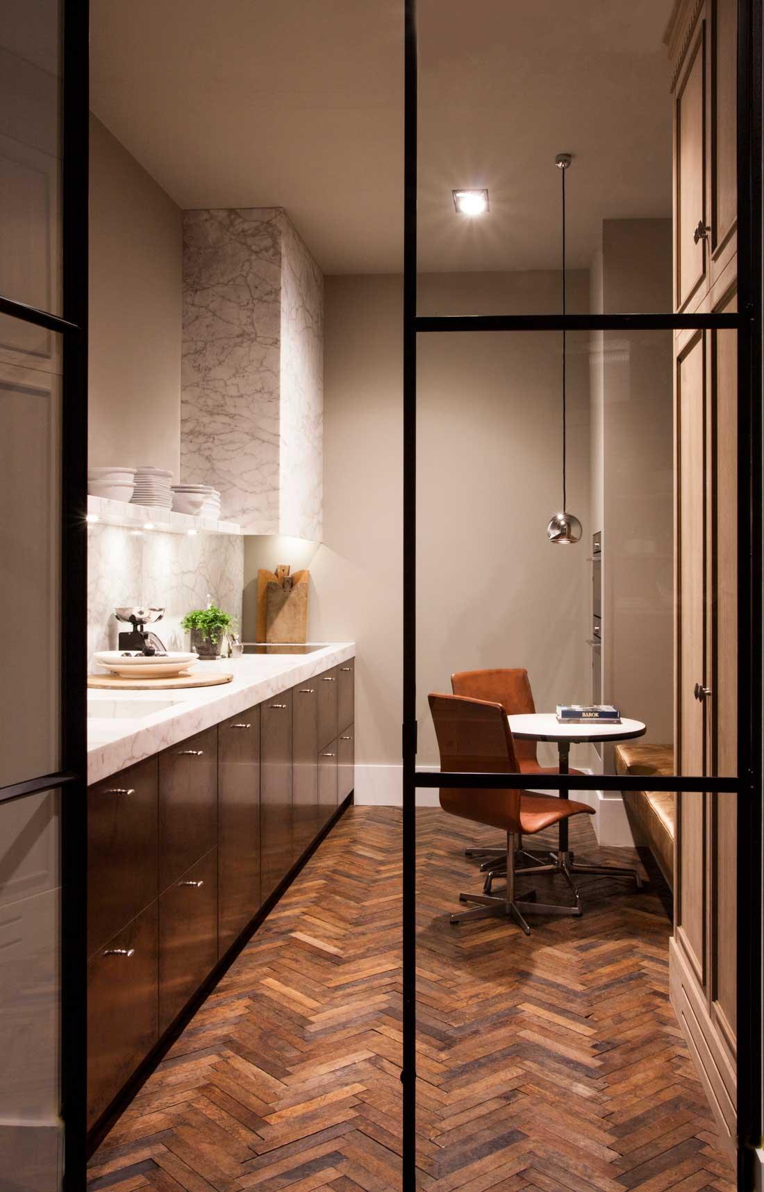 stalen deur van hout keuken