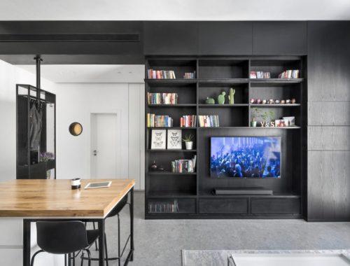 De mooie kleine woonkamer van een klein appartement van 44m2
