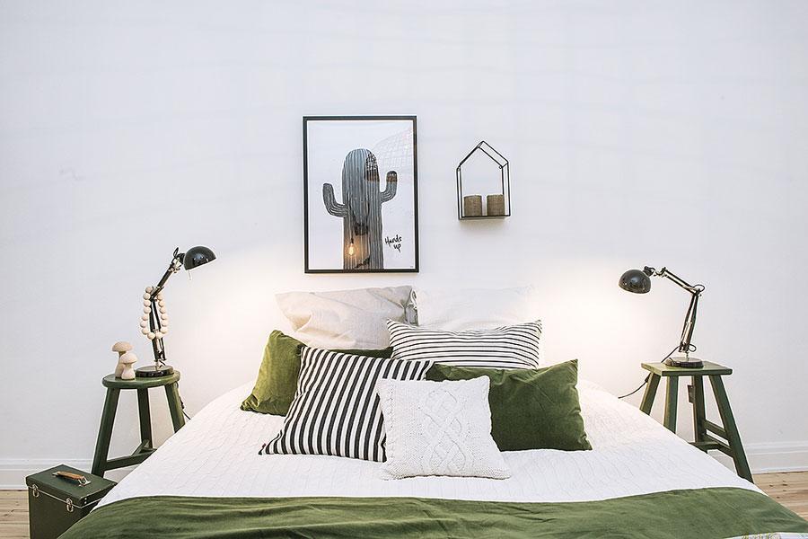 Decoratieve slaapkamer met mooie groene accenten