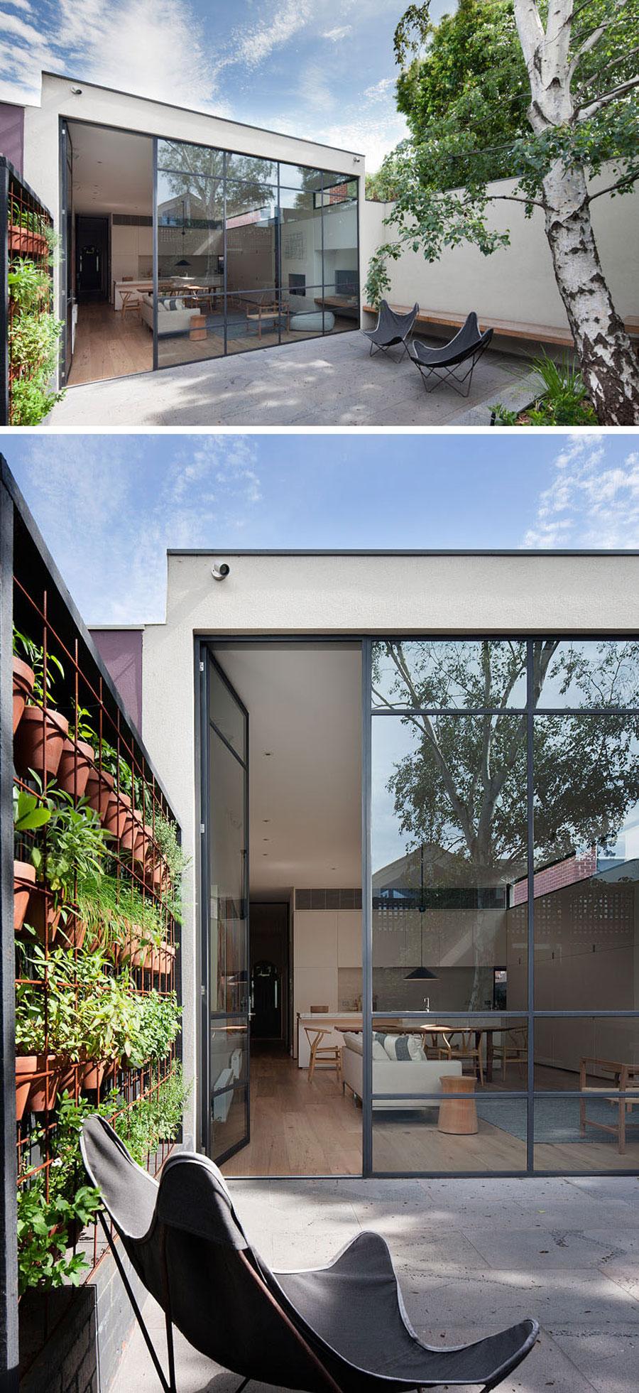 Deze intieme tuin is zowel visueel als fysiek een verlengde van het huis