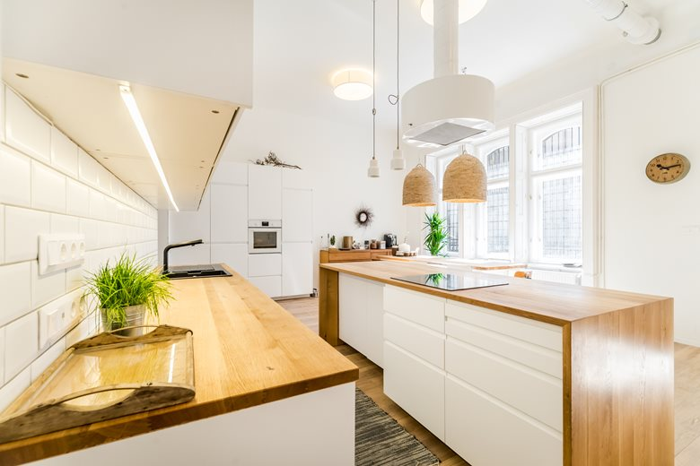 Deze lichte open woonkeuken is super mooi!