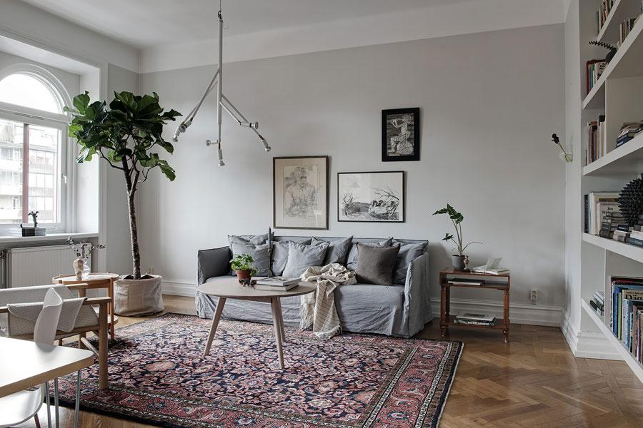 Deze woonkamer heeft een super mooie boekenkast wand!