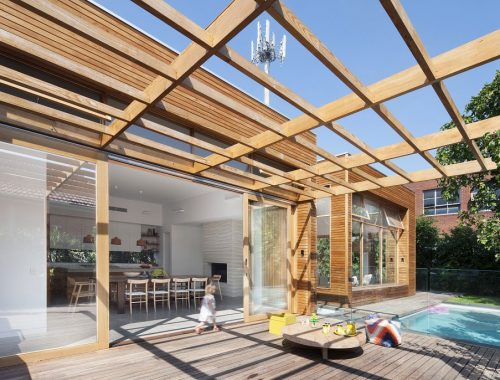 Deze zonnige tuin met zwembad vormt het perfecte verlengde van de keuken en woonkamer