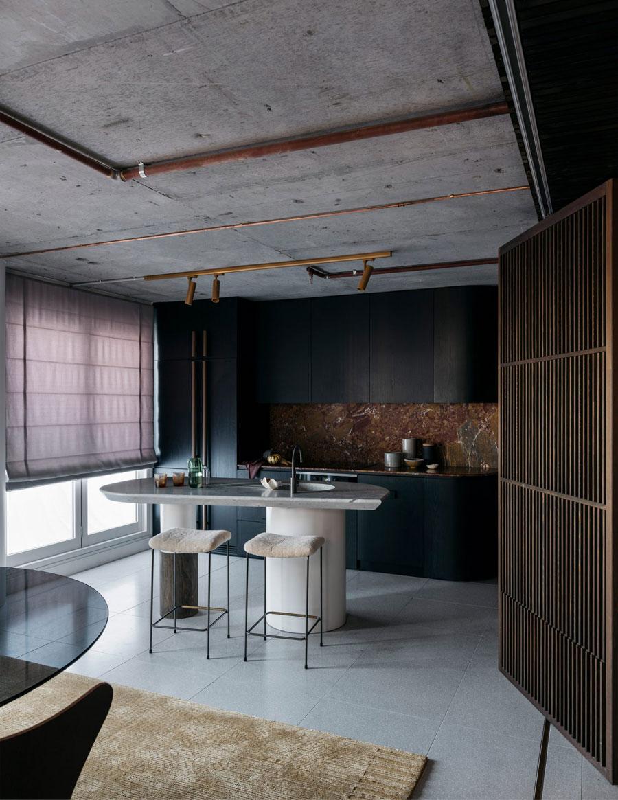 Dit appartement van 80m2 is stijlvol ingericht met mooie donkere kleurtinten