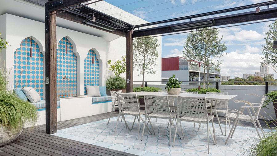 Dit moderne dakterras is ingericht in Marokkaanse stijl