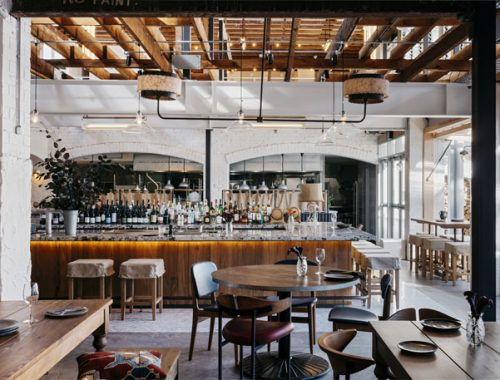 Dit restaurant lijkt op een stoere loft woning met verschillende eetruimtes!