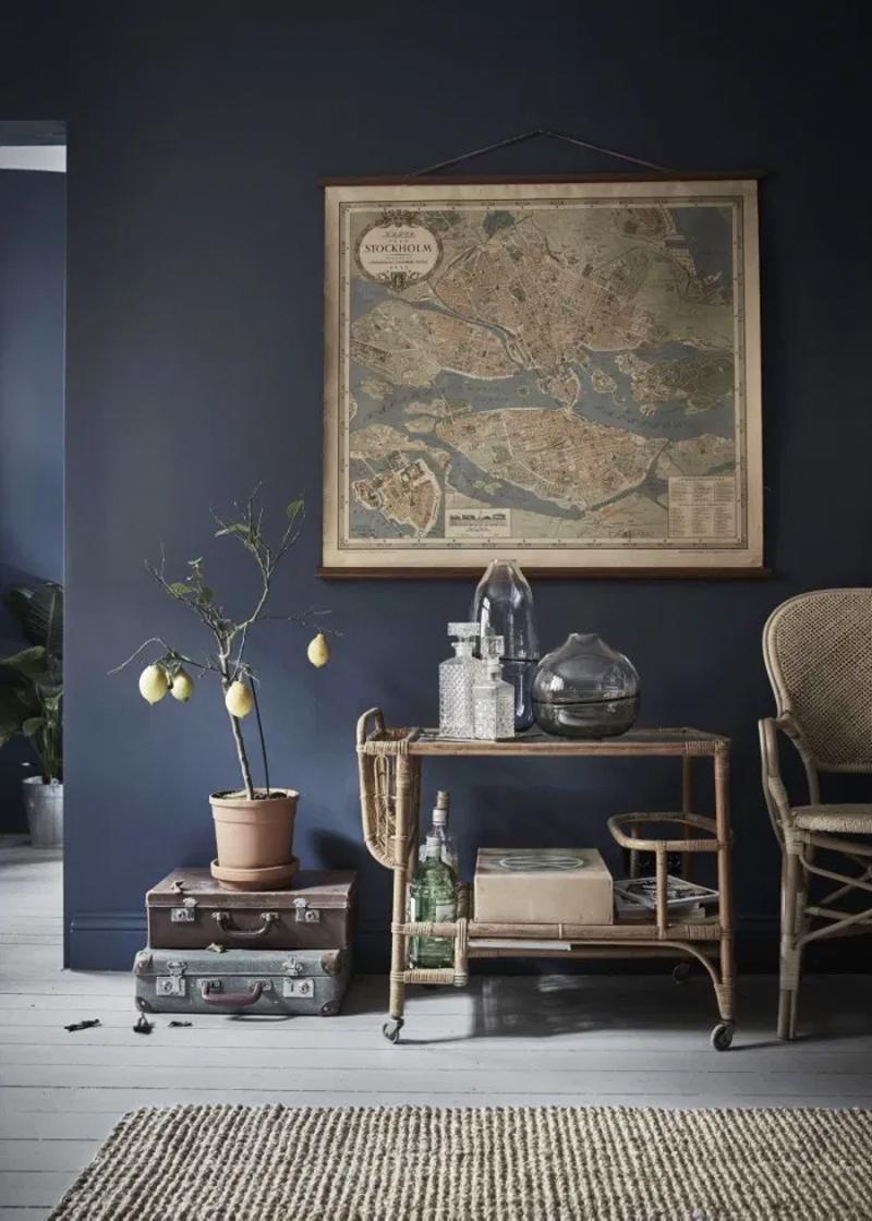 donkerblauw interieur blauwe muren rotan meubels