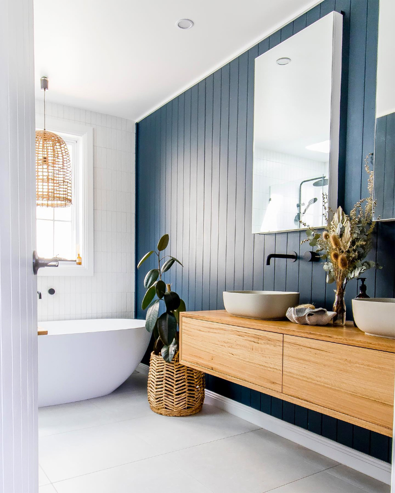 donkerblauw interieur donkerblauwe accentmuur badkamer