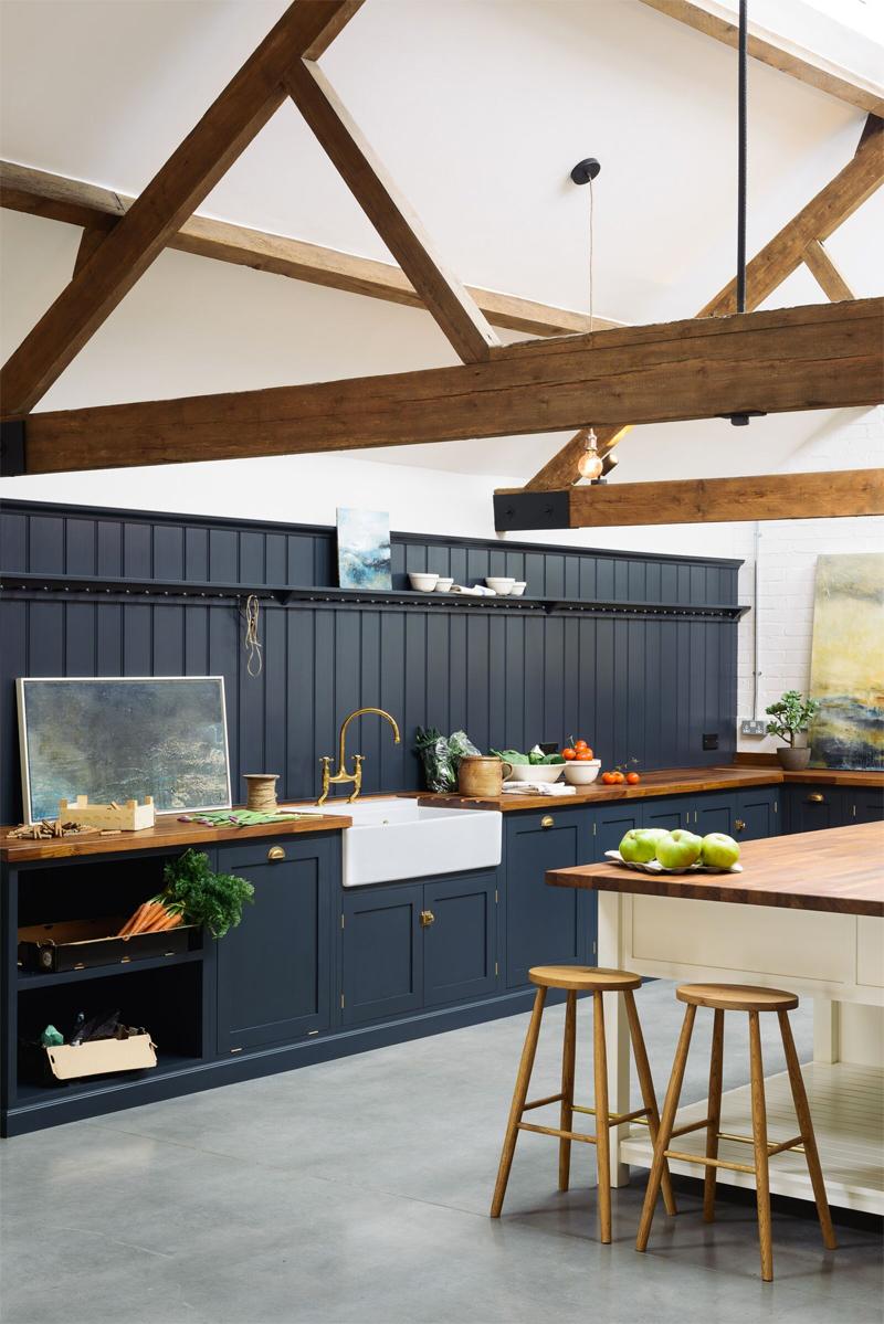 donkerblauwe keuken landelijk hout