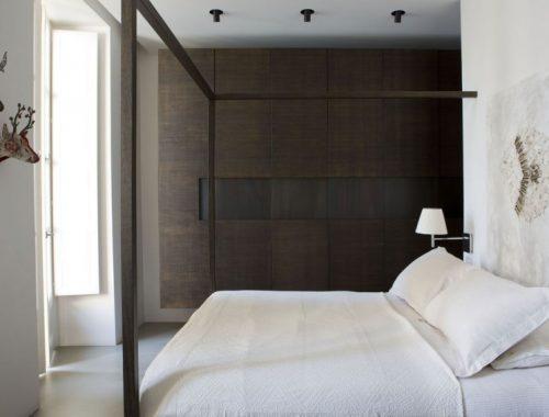 Warme Donkere houten slaapkamer meubelsin een strakke Italiaanse slaapkamer