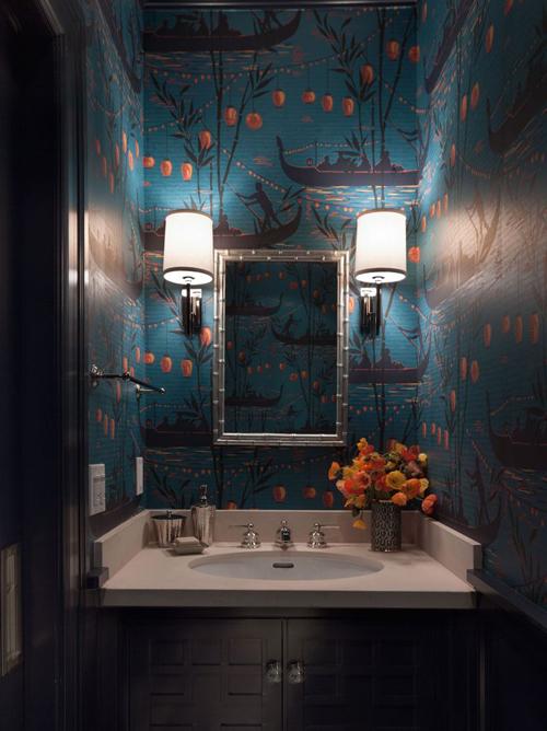 Een drukke wand in de badkamer