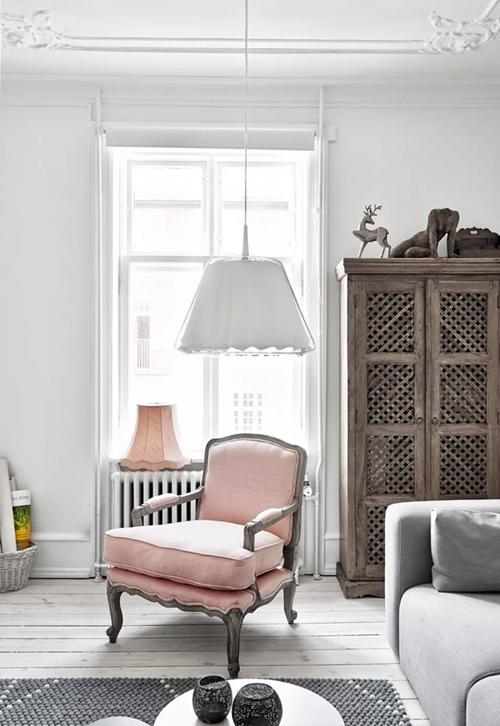 Een wit lichte Scandinavische woonkamer