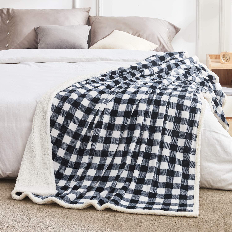 fleece deken over bed