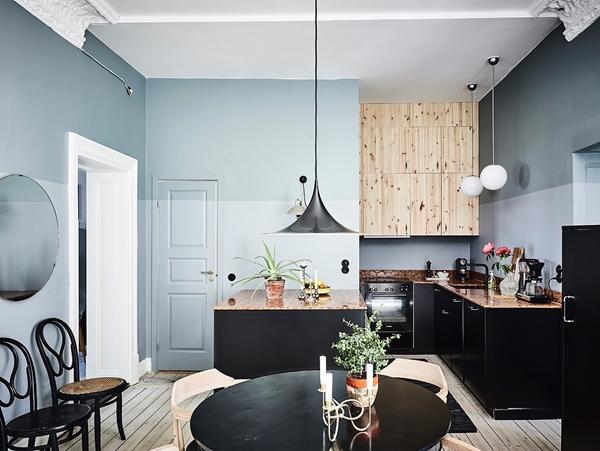 Gezellige leefkeuken met mooie blauwe muren