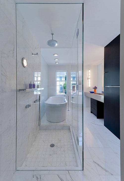 Glazen inloopdouche in witte badkamer
