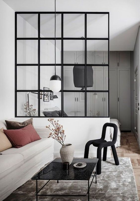 Glazen scheidingswand met zwarte kozijnen
