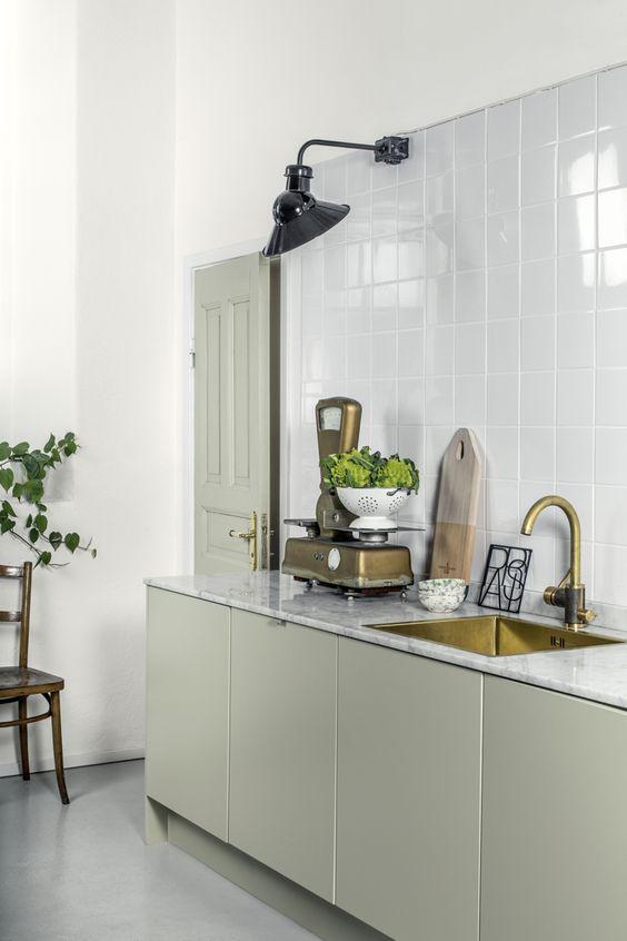 grijs-groene-keuken-marmeren-keukenblad
