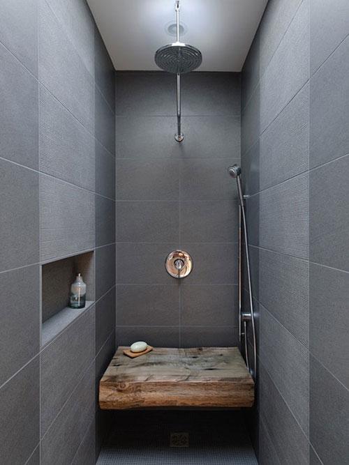 Grijze badkamer met regendouche