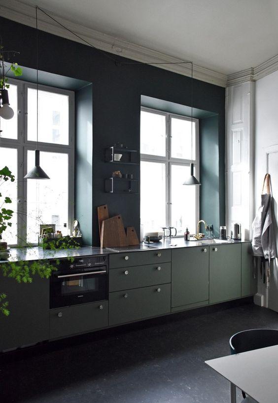 Groene keuken met ronde deurknoppen