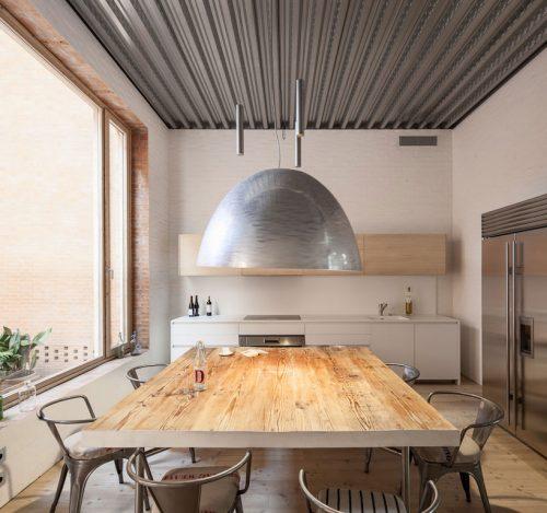 Grote keuken met grote ramen