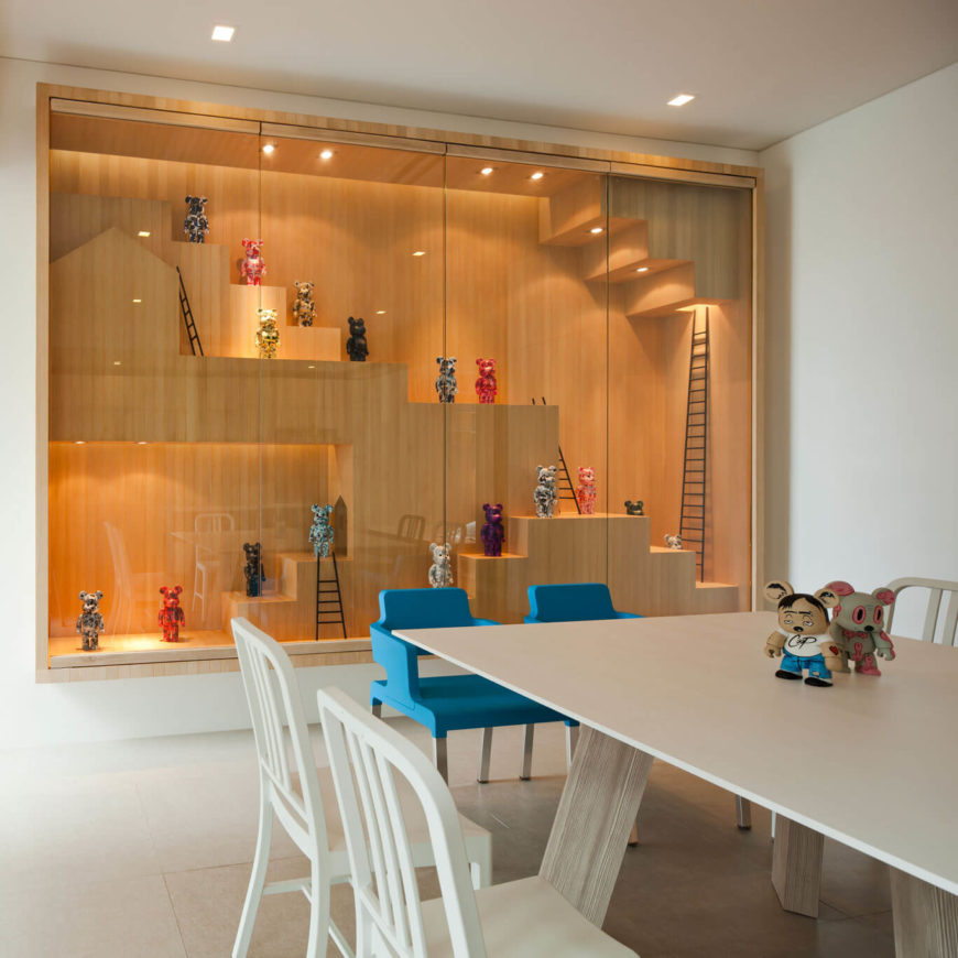 grote op maat gemaakte vitrinekast houten bekleding designertoys collectie