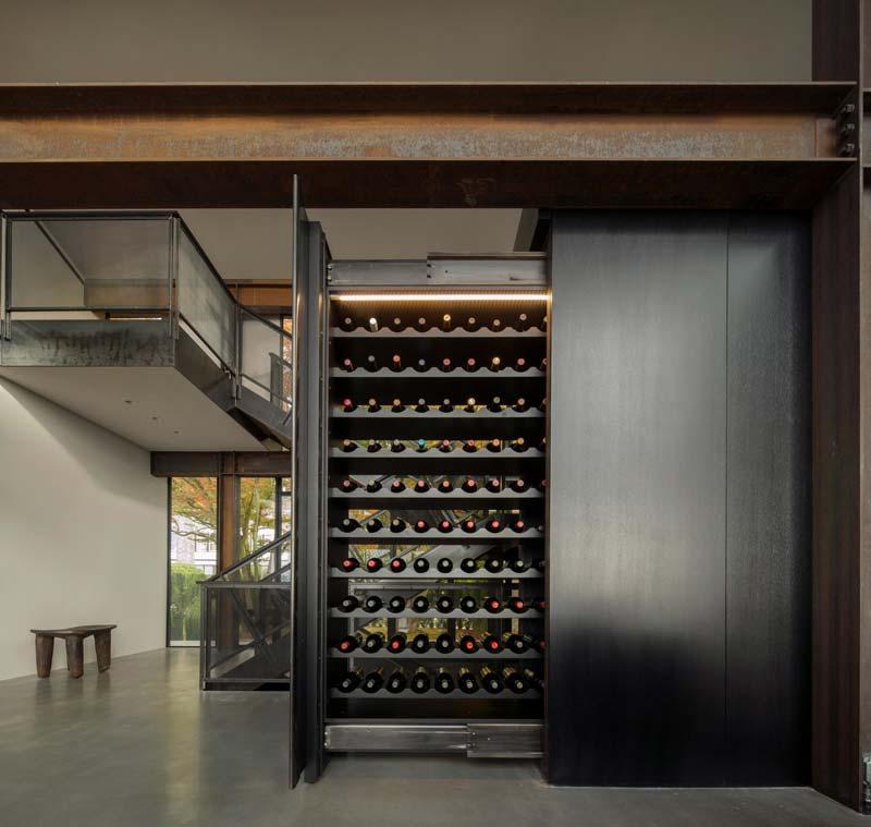 grote op maat gemaakte wijnkast schuifdeur