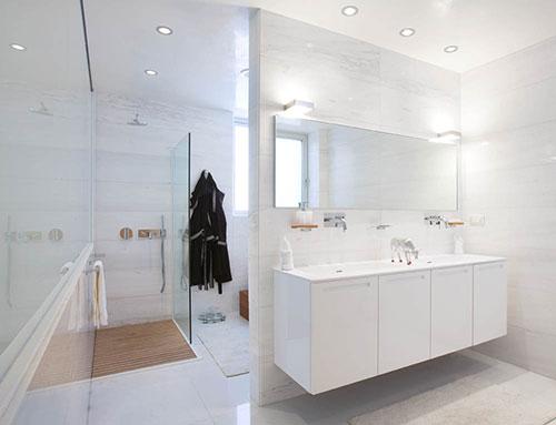 Grote witte badkamer