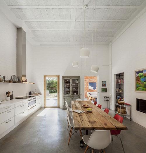 Grote woonkeuken met hoog plafond