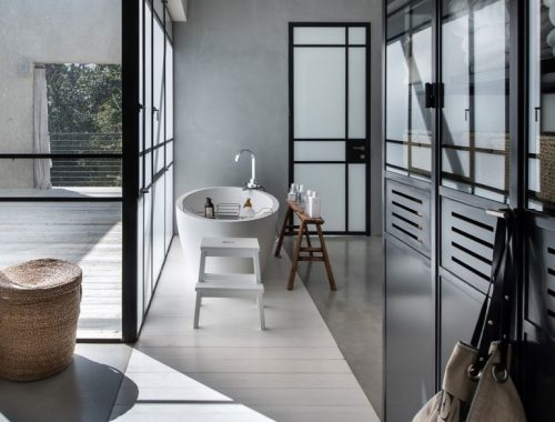 Half open badkamer door Neuman Hayner Architects